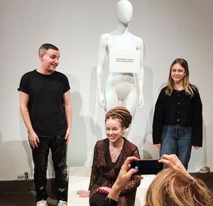 Amanda Lind (mitten) har valt att bära den klänning Södertäljebon Kevin Nilsson och Alice Svensson Brostedt skapat. Foto från Amanda Linds Instagram.