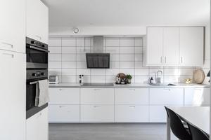 Vitt och modernt kök som passar många. Foto: Utsikten foto