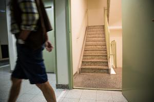 Många boende oroar sig över vad som skulle hända om räddningstjänst eller ambulanspersonal skulle behöva ta sig upp i fastigheten.
