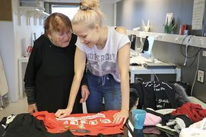 Gerd Göran och Sara Eriksson diskuterar textil. Sara ska fixa till avlagda kläder så de kan användas igen. Bra, tycker Gerd.