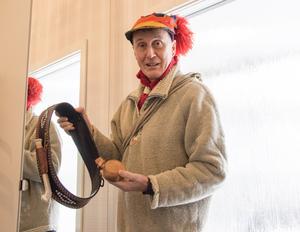 Bertil Isaksson har själv tillverkat både bältet och kåsan i masurbjörk.