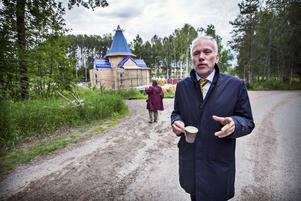 Lars Kallsäby (C) vid det rysk-ortodoxa kyrkbygget på Hässlö.
