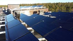 Solcellerna på taket på Sörbyvägen i Ö-vik.