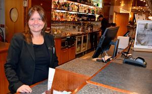 Åsa Magnusson, receptionist, ser fram emot investeringen i hotellet