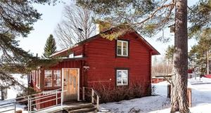 Timmerhus,  före detta bagarstuga, öppen spis, inglasat uterum med utsikt ner mot Kolningån. Foto: Fastighetsbryån Falun.