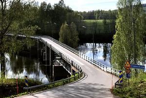Den korta vägen, via den vinkelbyggda Marielundsbron, har gjort att invånare i Djura nyttjar både kommersiell och offentlig service i Gagnef.