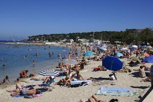 Många är avslappnade under semestern och har mindre koll på om de blir utsatta för bedrägeri. Bild: TT