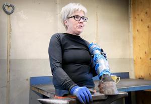 Ingela Öhgren har jobbat som hovslagare i 35 år och undervisat på Nordvik de senaste 18 åren. Undervisningen sker på både döda och levande djur.