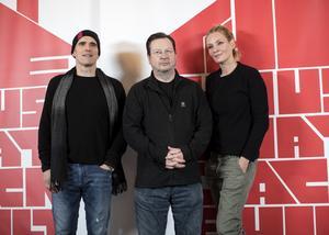 Lars von Trier omgiven av skådespelarna Matt Dillon och Uma Thurman. Även om filmen handlar om en ond man var det kvinnor som låg bakom skildringen, menar von Trier.