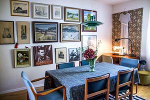 Tavelväggen i matsalen rymmer både Morrissey, James Dean och loppade oljemålningar. I ena hörnan av rummet finns också ett skrivbord med symaskin, Malins syhörna. Över skrivbordet hänger Malins vackra brudklänning, ett vintageplagg från 1940-talet.