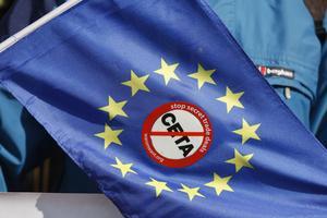 Ett anti-Ceta klistrat på en EU-flagga får symbolisera motståndet mot frihandelsavtalet mellan EU och Kanada.