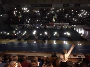 Häftig inramning.  Ett nedsläckt idrottshus med tända ljus inledde julsoarén.