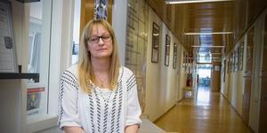 """Biträdande rektorn Elin Ragnebro satt och vaktade utanför klassrummet där datorer stulits. """"Ingen ska röra något innan polisens tekniker kommer""""."""
