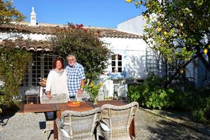 Keramikern Maud Frykberg och hennes man Eddy Johansson bor i Portugal under vinterhalvåret. Foto: Jonas Elander