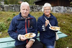 Gösta och Gun Wållberg besökte 5i12-rörelsens internationella fest på Murberget och passade på att äta mat från Syrien.