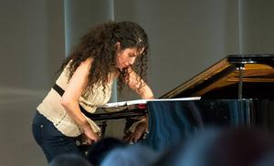 Tania Naranjo lyckas skapa ett ljud på pianot som är nästan gränsar till electronica.