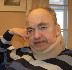 Per Sköld måste ha armen till stöd för att hålla huvudet upprätt.