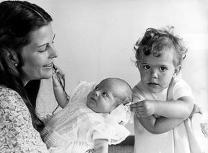 Första bilden på kronprins Carl Philip i mars 1979. Året efter ändras tronföljden och storasyster Victoria blir kronprinsessa.