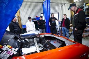 Medlemmarna i Ljusdals dragracingklubb träffas gärna över en motorhuv.