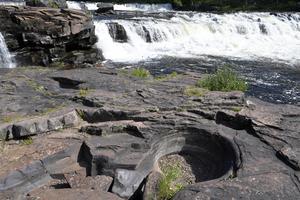 Nedre Fjätfallen med de urgröpta stenarna som kommer fram i lågvatten.