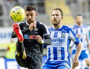 ÖSK:s Brendan Hines-Ike i duell mot IFK Göteborgs Tobias Hysén. Foto: Andreas Hillergren/TT