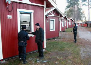För 13 år sedan drabbades Rättvik av en liknande och omfattande skadegörelse. Då krossades rutorna till ett stort antal campingstugor nere vid Siljans strand.