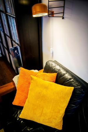 Joakim gillar gula och varma toner i klara färger.