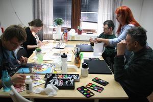 Eleverna Victor, Camilla, Claes och Peter målar med Yvonne varje torsdag.