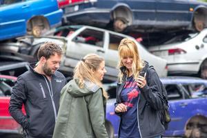 Regissör Dennis Mulder, producent Annette Putman och spelutvecklare Imke Kok går förbereder för en scen på Arboga bilskrot.