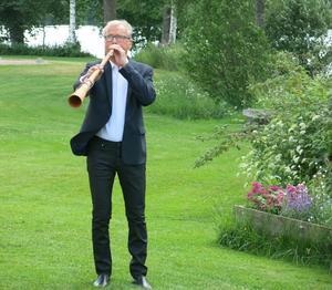 Bengt Olerås blåser näverlur som inleder  stipendieutdelningen.