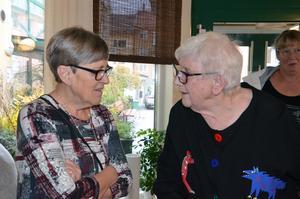 Kerstin Linck samtalar med Maud Blückert Eriksson vid öppningen.