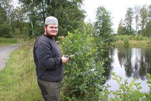 Alexander Pettersson, 19 år, var en av dem som fiskade vid ån i Ramsberg. Han hoppades på regnbågsfisk.