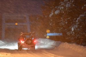 Vinterväglag och skolväg i mörker sedan trafikverket släckt belysning. När det snöar hinner inte snöröjningen med.