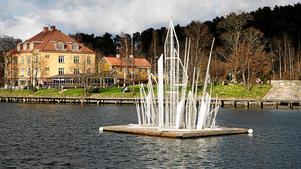 Isskulpturen i Maren har under flera år monterats upp på en flotte för att lysa upp under vinterhalvåret.
