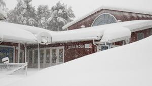 Snön låg djup vid Edsta skola på torsdagen.