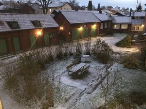 Vinterns 1:a snö på Skolgatan 4 i Västerås. Fotot är taget på min innergård, kvällen den 11 November 2019. Foto inskickat av Jack Lundqvist.