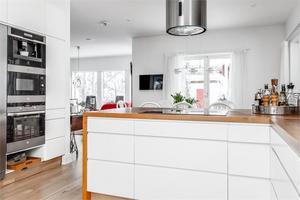 Köket kommer från Ballingslöv och har platsbyggda detaljer från ett lokalt snickeri. Foto: Ebbe Wengenroth