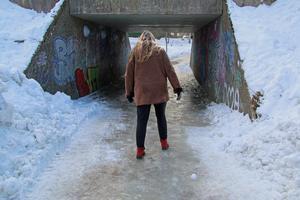De istäckta gatorna i Surahammar i vintras berodde på brister i kontraktet mellan kommunen och entreprenören Peab såg ut, enligt Peab.