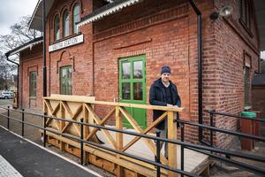 Urban Simander, förvaltare på Skifu, visar upp nyrenoverade Västra station. Skylten på huset ska bytas ut och i fortsättningen ska det stå Sundsvall v.
