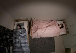 Ibadete, 16 år och Xheneta, 15 år ligger medvetslösa i sina sängar och sondmatas via en slang i näsan. Varje dag tas flickorna ut i specialrullstolar av föräldrarna. De matar sina döttrar med spruta fem gånger per dygn, masserar för att hålla igång musklerna och byter blöjor
