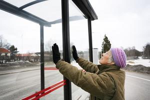 Maja-Britta kämpade hårt för att hålla emot när busskuren föll över henne.