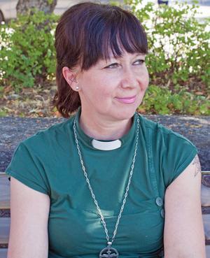 Minna Vuohtoniemi är diakon i svenska kyrkan. Hon driver en grupp för män där de träffas och pratar om livet.