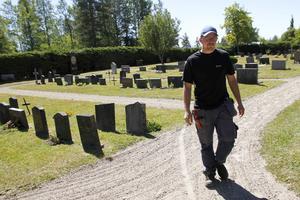 Under gymnasietiden sommarjobbade Daniel på kyrkogårdarna i Los–Hamra församling. I år blev det en längre anställning.