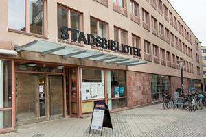 Stadsbiblioteket i Örebro förblir öppet på söndagar. Politikerna lyssnade på varandras argument och enades. Precis så går det till när beslut fattas i Europaparlamentet.