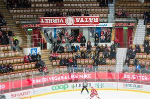 Supportrar ur grupperingen Rätta Virket med en upp och nedvänd banderoll på sittplats i Timrås möte med Västervik.
