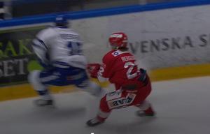 Emil Berglund slashade Johan Porsberger solklart över armen, men klarade sig undan utvisning.Foto: CMore