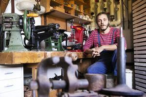"""""""Här gör vi grovjobbet och i ateljén blir det finlir"""", säger ounès Othman när han sitter i pannrummet som fyllts med specialmaskiner för att tillverka skor."""