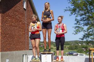 Prispall Halvmarathon. Vinnare Jenny Rutström, Öbacka LK. 2:a Malin Backlund  och 3:a Viveca Caesar.