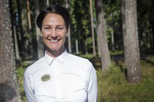 Anna jobbar även som deltidsbrandman. Men tycker att begravningsrådgivare är det finaste jobbet hon haft.