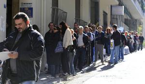 Arbetslösa greker köar för att få bidrag, Aten 2011. AP Foto: Thanassis Stavrakis,